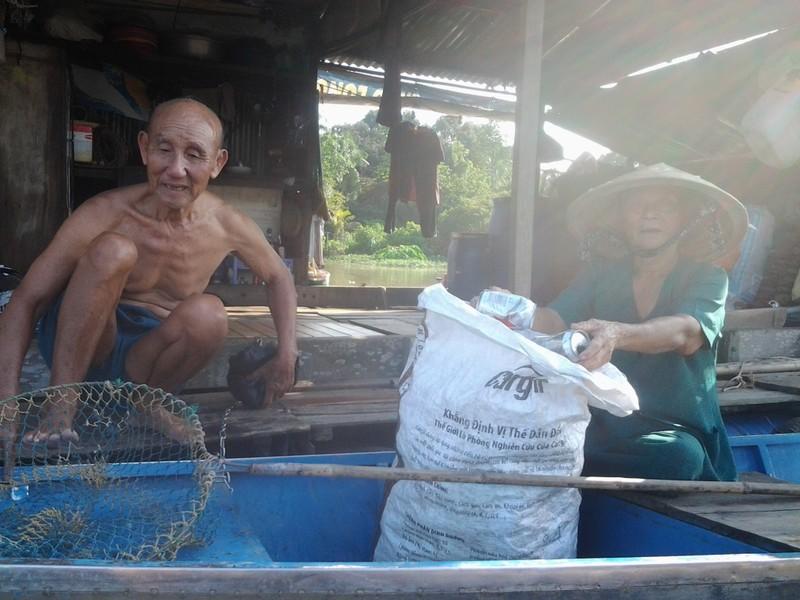 Cảm động vợ chồng lão ngư 86 tuổi vớt rác mưu sinh - ảnh 6