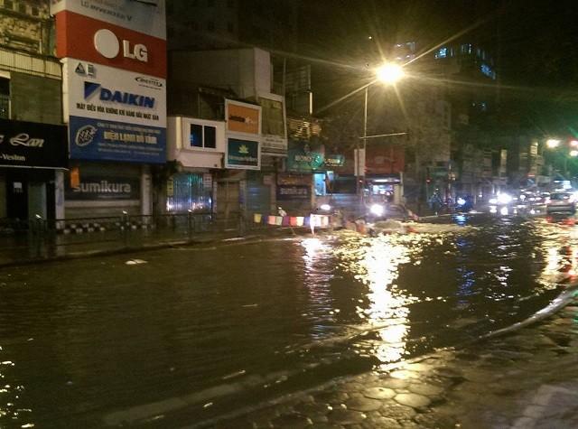 Đường phố ngập lênh láng khi xả nước vệ sinh - ảnh 1