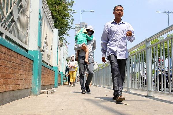 TP.HCM lắp dải phân cách trên vỉa hè cho người đi bộ  - ảnh 1