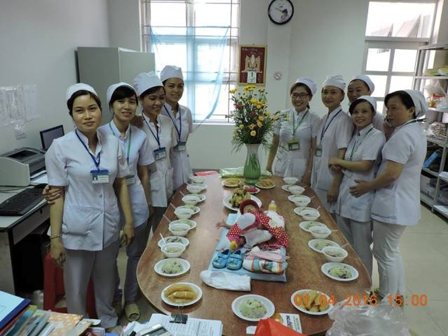 Bệnh viện tổ chức đầy tháng cho bé gái bị bỏ rơi - ảnh 3