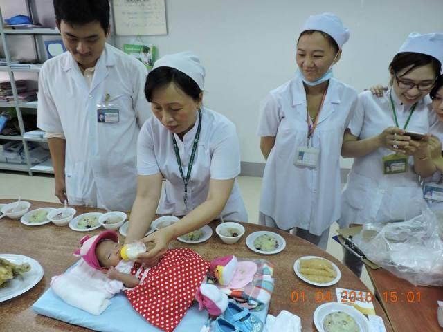 Bệnh viện tổ chức đầy tháng cho bé gái bị bỏ rơi - ảnh 4