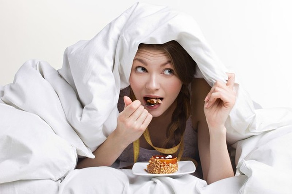 Ăn quá no trước khi ngủ có hại như thế nào? - ảnh 1