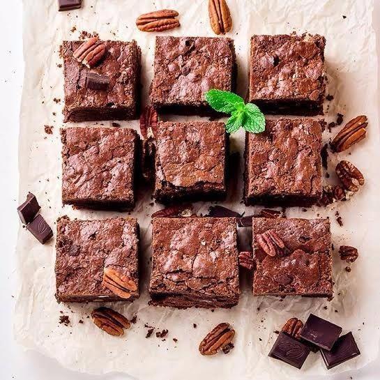 Bánh ngọt, đường nâu, bột kem cà phê... đều là những thực phẩm người bị bệnh tim mạch cần hạn chế.