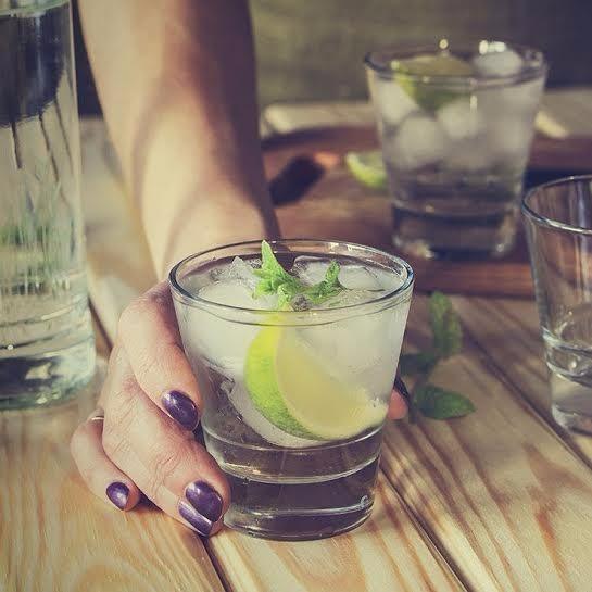 Trà, cà phê, nước ngọt... là những loại nước hạn chế uống vào ngày nắng nóng
