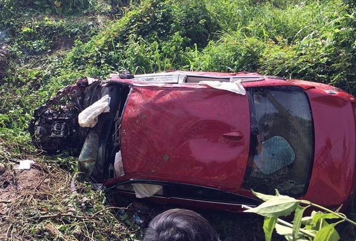Chiếc xe BMW móp méo sau khi lăn xuống suối.