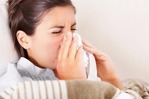 Bị cảm cúm, cảm lạnh cũng là nguyên nhân làm mắt bị đỏ