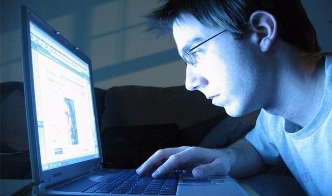 Nên tránh để mắt tiếp xúc với màn hình máy tính quá lâu