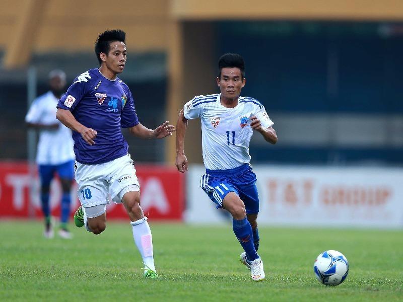 Văn Quyết (trái) ghi cú đúp vào lưới QNK Quảng Nam giúp Hà Nội T&T vào chung kết cúp quốc gia.