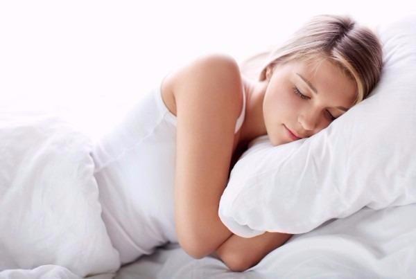 Uống một ly sữa, hạ nhiệt độ phòng... là những cách có thể giúp bạn ngủ ngon hơn.