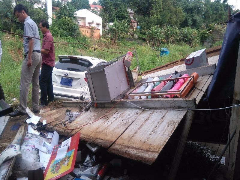 xế hộp tông qua nhà