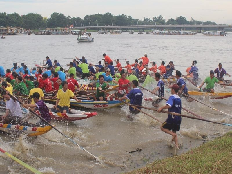 Các đội đua xuất phát sau hồi trống khai cuộc.