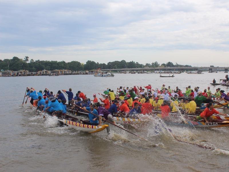 Rất đông người dân đến xem và cổ vũ cho các đội đua.