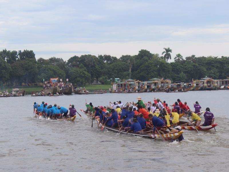 Các đội đua tranh tài quyết liệt trên từng mét nước.