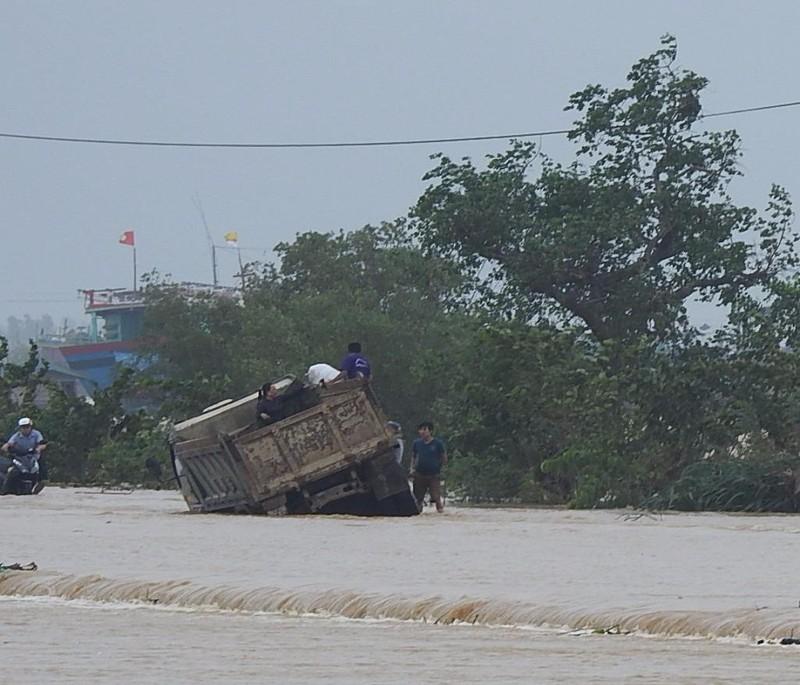 Chiếc xe chở sáu người bị lũ đẩy nghiêng trong lũ lớn.