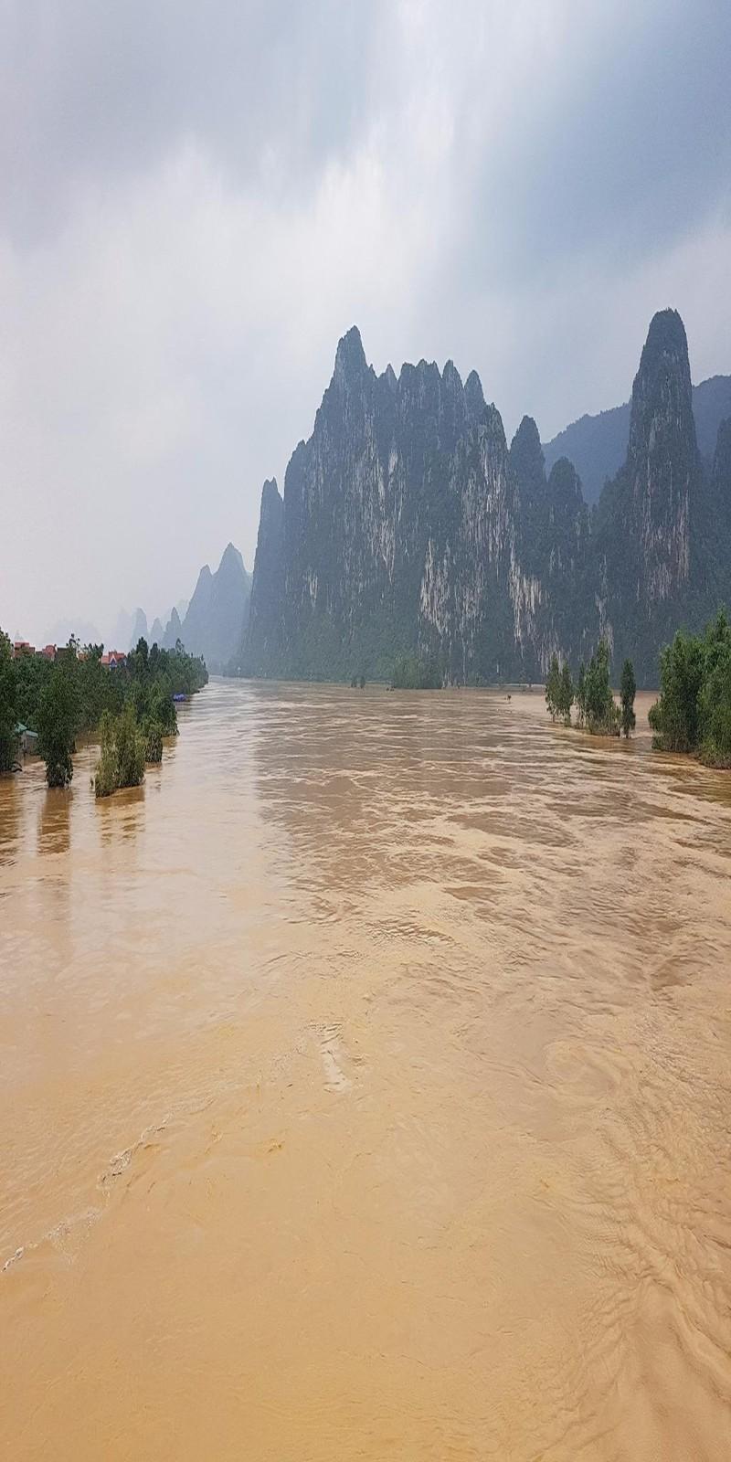 Thượng nguồn sông Gianh lũ lớn.