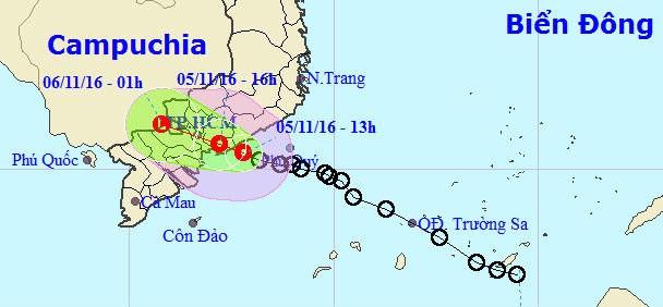 Áp thấp nhiệt đới: cứu hộ 8 thuyền viên ở Phú Quý  - ảnh 1