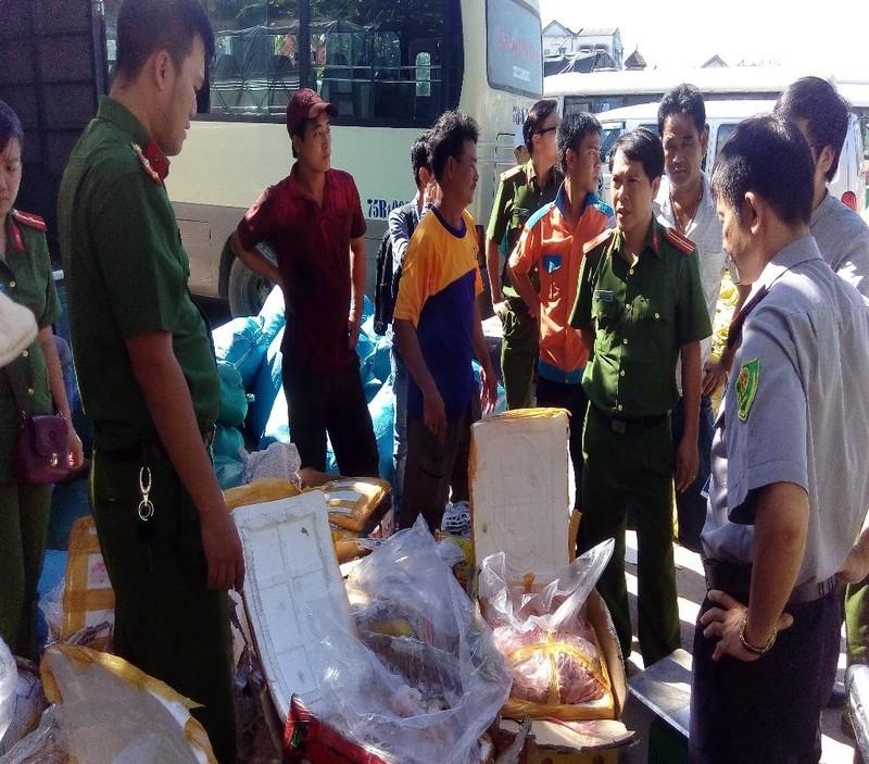 Lực lượng chức năng đang kiểm tra hàng hóa trên xe