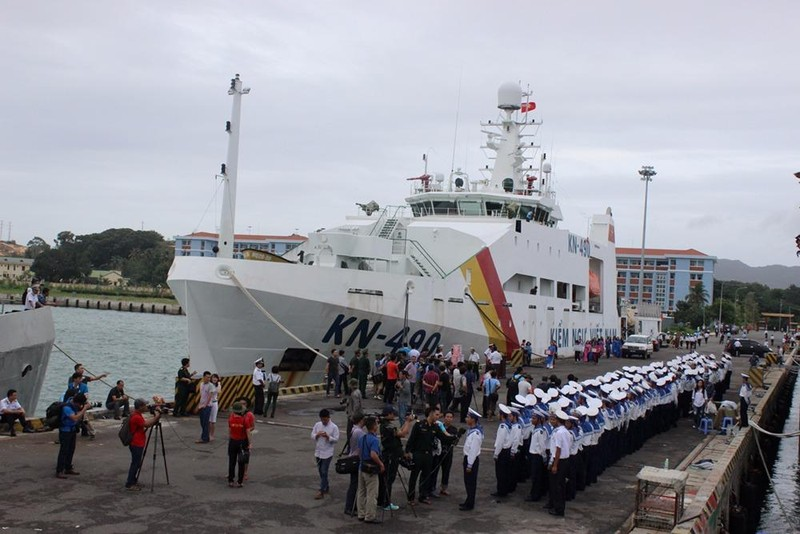 Khung cảnh nhộn nhịp trên quân cảng Cam Ranh cho giờ chuẩn bị ra khơi.