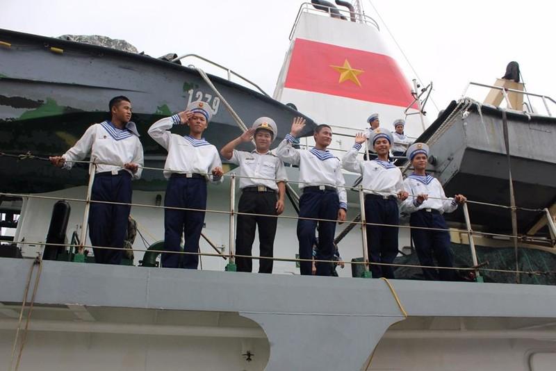 Ánh mắt đầy niềm vui và nụ cười tuổi trẻ của các chiến sĩ Hải quân, họ sẵn sàng vượt qua mọi thử thách để hoàn thành nhiệm vụ.