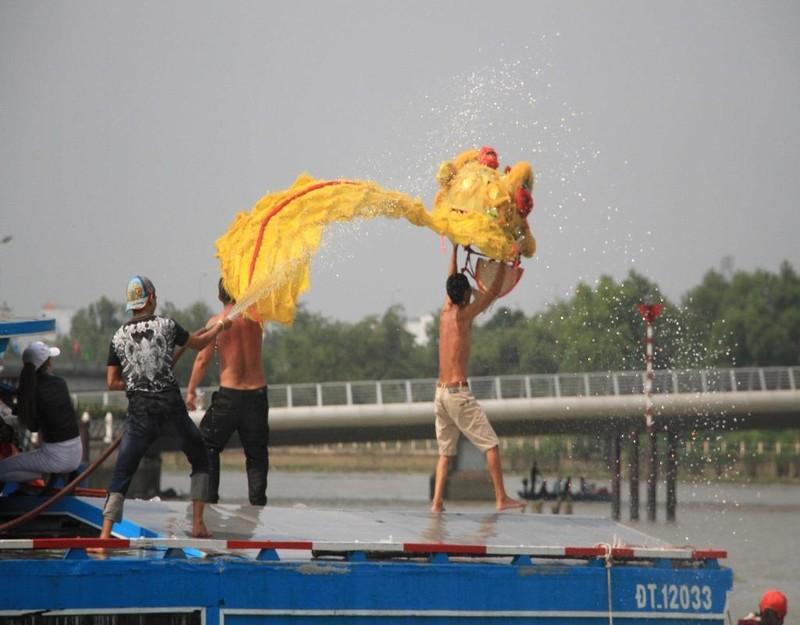 múa lân diễu hành dọc sông cần thơ