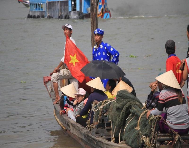 thành viên ban tổ chức chuẩn bị đón thuyền tống ôn