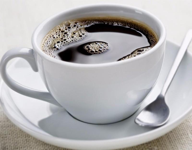 Khi bị ho, nếu uống nhiều thức uống có caffein sẽ khiến cổ họng bị khô dẫn đến ho nhiều hơn
