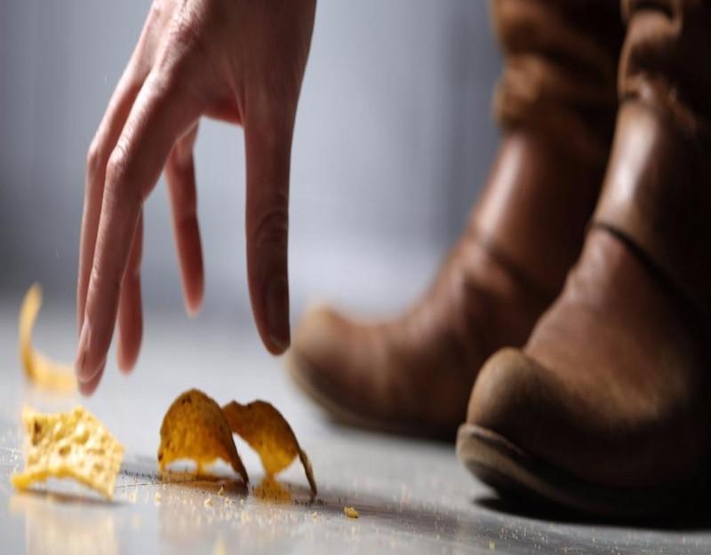 Theo các nghiên cứu, 70% lượng vi khuẩn trên sàn có thể lập tức bám lên món đồ ướt bị rơi,