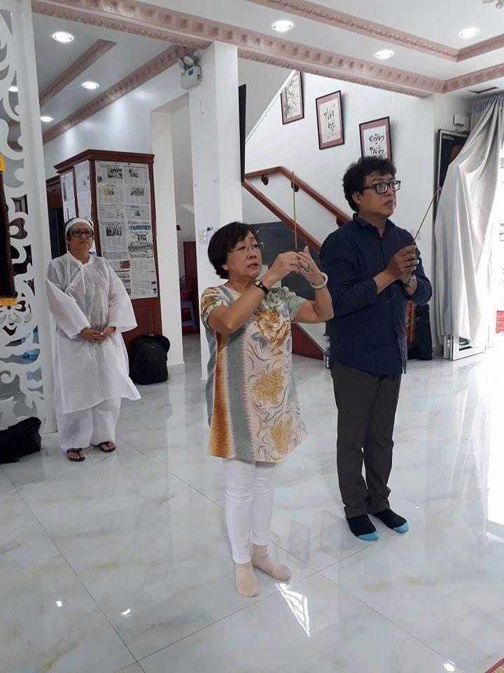 Đạo diễn Hồng Dung (trái) và nhà báo Thanh Hiệp (phải) tại lễ viếng