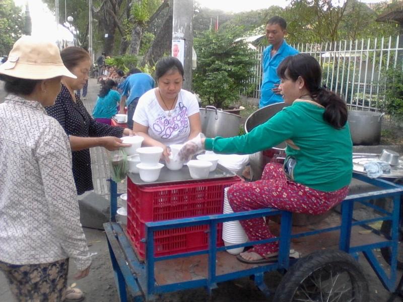 3 chị em và nồi cháo miễn phí trước cổng bệnh viện - ảnh 1