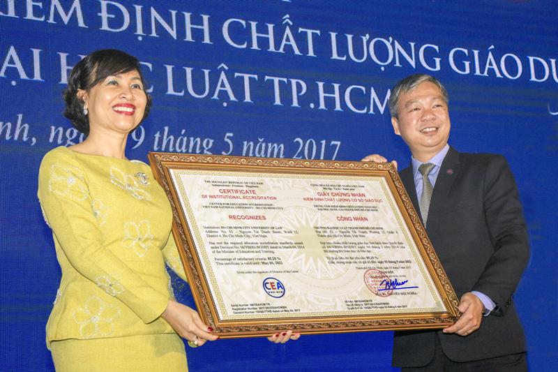 Đại diện Trường ĐH Luật TPHCM nhận giấy chứng nhận