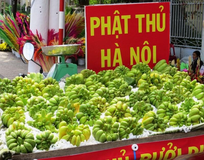 Cạnh đó là hàng bán những trái phật thủ chưng bàn thờ dịp Tết.