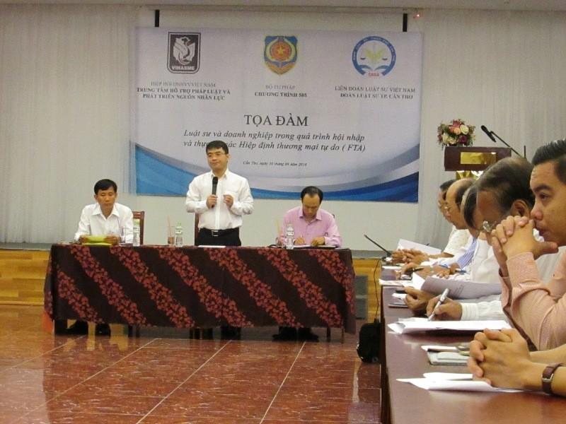 TS Nguyễn Thanh Tú (Vụ Pháp luật dân sự - kinh tế, Bộ Tư  Pháp) trình bày tại tọa đàm về các hiệp định tự do... Ảnh: N.NAM