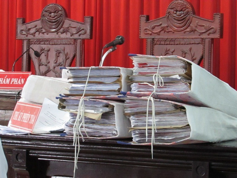Hồ sơ vụ án được đưa ra tòa ngày 25-8. Ảnh: N.NAM