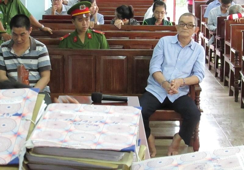Hai bị cáo Tiến (bìa phải) và Hoàng tại tòa ngày 25-8. Ảnh: N.NAM