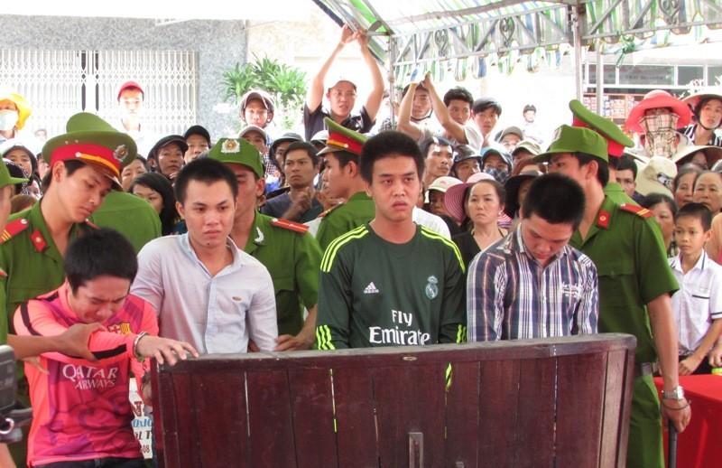 Từ phải qua, các bị cáo Giàu, Rạng, Thịnh và Linh khi nghe tòa sơ thẩm tuyên án ngày 15-3. Ảnh: N.NAM