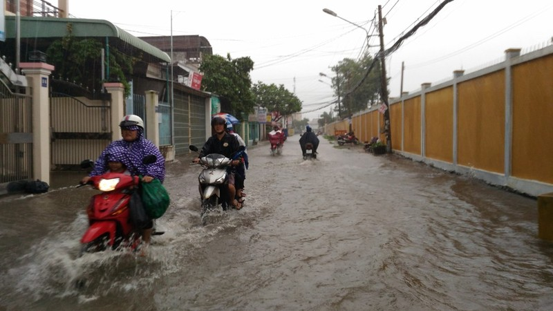 Mưa lớn, nhiều đường ở Cần Thơ lại thành sông - ảnh 4