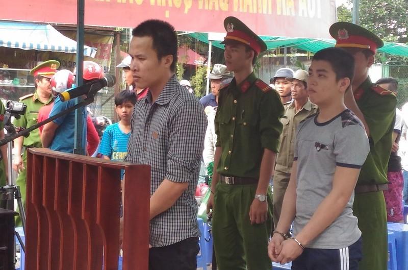 Bị cáo Thái đứng trước vành móng ngựa nghe tòa tuyên án ngày 11-11. Ảnh: N.NAM