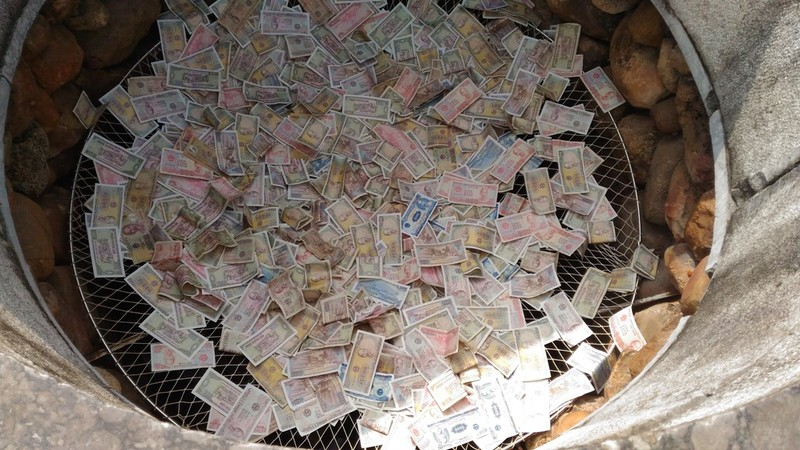 Lại rải tiền lẻ xuống giếng Ngọc 700 năm tuổi - ảnh 1