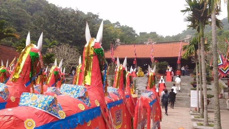 26 con ngựa trong sân đền