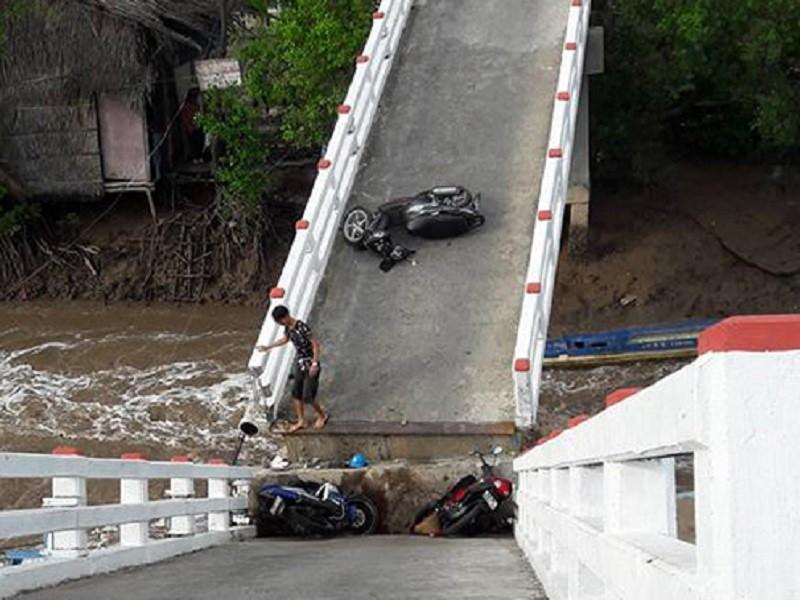 Sà lan tông sập cầu Cái Trăng, người và xe rơi tự do - ảnh 1