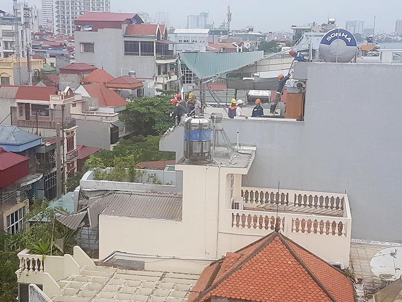 Công nhân khắc phục sự cố, sửa chữa hư hại cho nhà người dân bị ảnh hưởng vào sáng nay 19-10