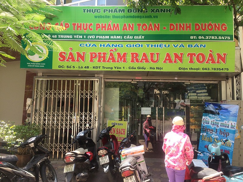 Tại Hà Nội, nhiều cửa hàng rau quả sạch đang nở rộ và thu hút người tiêu dùng.