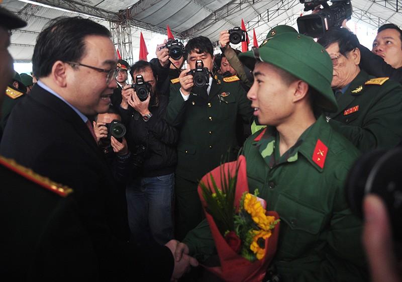 Hà Nội: Hàng chục công chức, viên chức xin nhập ngũ - ảnh 1