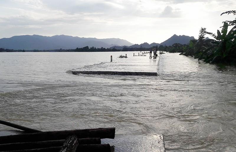 Hà Nội: Vỡ đê, nhiều nơi chìm trong nước - ảnh 1
