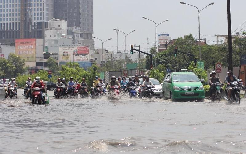 Đường Nguyễn Hữu Cảnh thường xuyên bị ngập. Ảnh: M.T