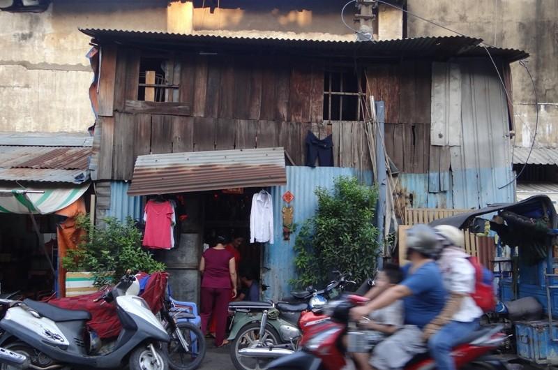 Cận cảnh nhà 15 m2 xập xệ có 23 nhân khẩu ở Sài Gòn - ảnh 1