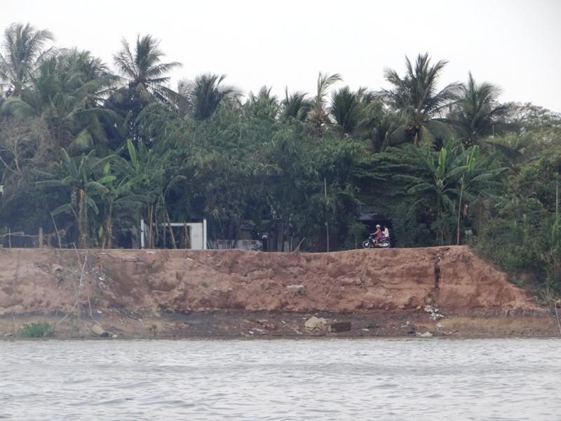 Nhà cửa tan hoang bên dòng sông mỏ cát - ảnh 3