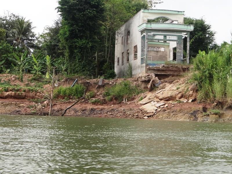 Nhà cửa tan hoang bên dòng sông mỏ cát - ảnh 5
