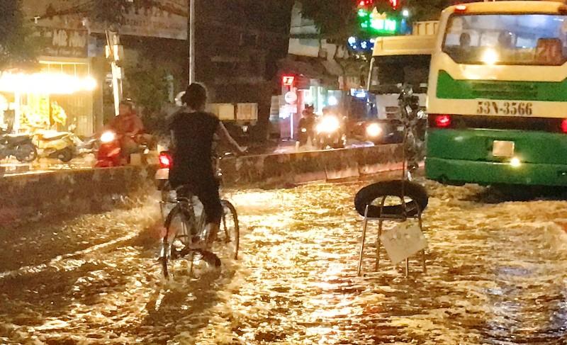Muốn xe hút nước cứu đường ngập nặng nhất Sài Gòn - ảnh 1