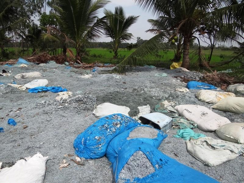 Bắt xe đổ chất thải lạ gần kênh Thầy Cai, Sài Gòn - ảnh 3